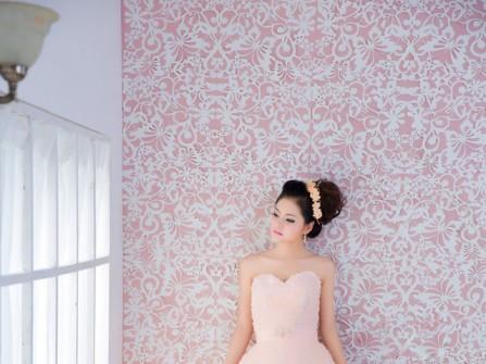 Áo cưới màu hồng cúp ngực trái tim
