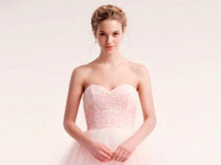Áo cưới màu hồng pastel lãng mạn và nhẹ nhàng