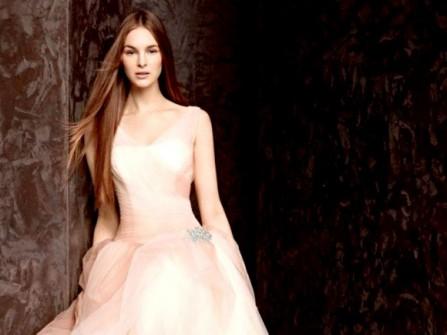 Áo cưới màu hồng, chân váy xếp nếp điệu đà