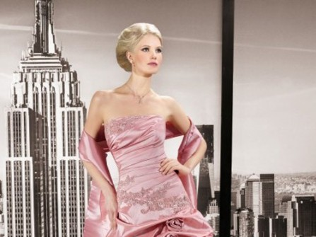 Áo cưới màu hồng satin sang trọng và quý phái