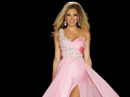 Áo cưới màu hồng xẻ tà gợi cảm và lôi cuốn