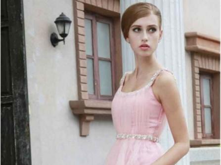 Áo cưới màu hồng đính pha lê