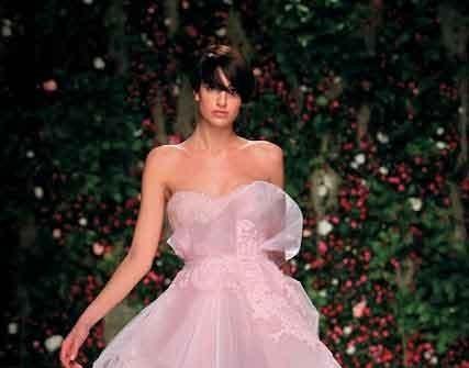 Áo cưới màu hồng táp voan trong suốt