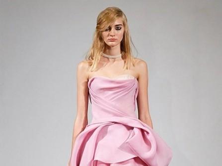 Áo cưới màu hồng cúp ngực xếp ly điệu đà