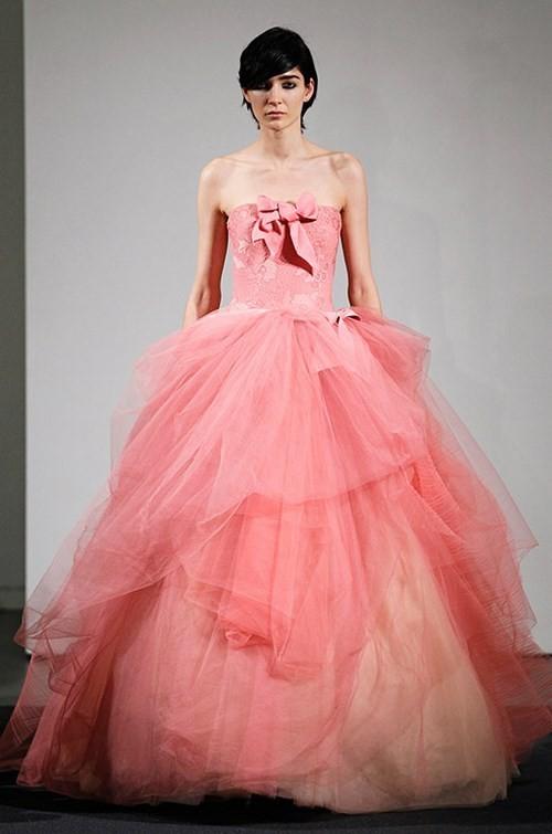 Áo cưới màu hồng đính nơ ở ngực áo