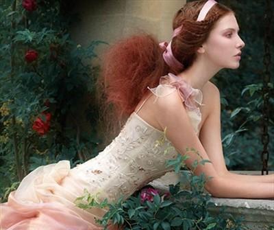 Áo cưới màu hồng chân váy voan xếp cầu kỳ