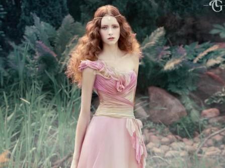 Váy cưới hồng ombre lệch vai với thân trên xếp ly