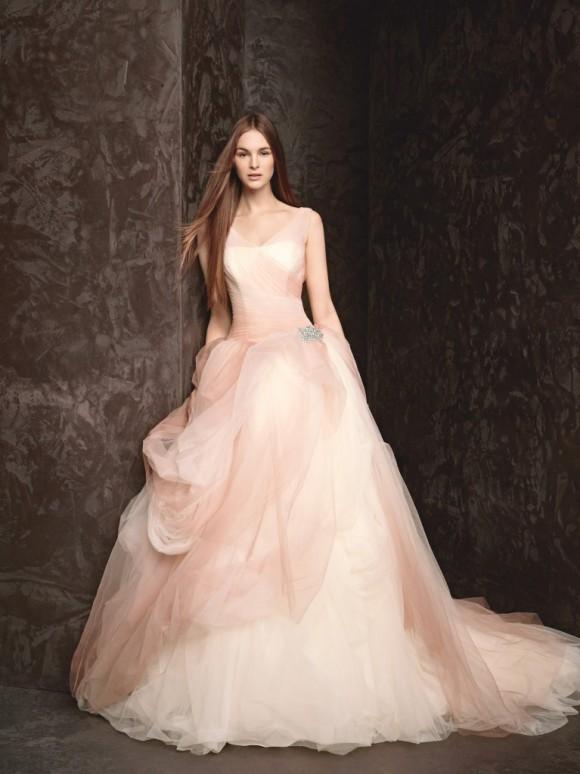 Váy cưới xòe với chân váy voan xếp tầng màu hồng pastel