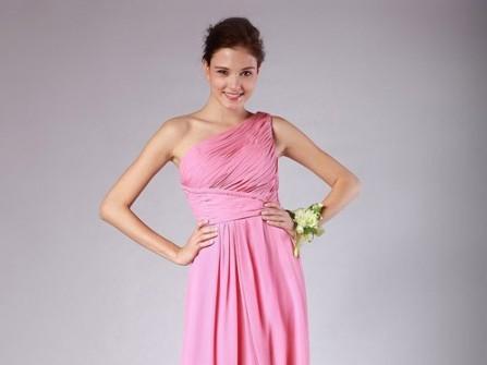 Áo cưới màu hồng với chân váy suôn xếp ly ngang eo