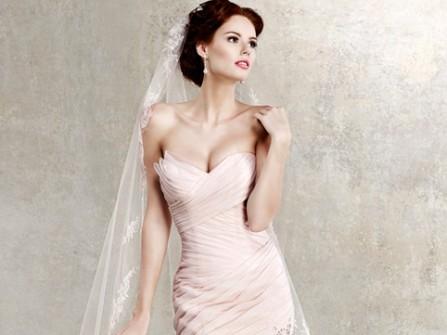 Áo cưới đuôi cá màu hồng xếp ly, chân váy đính hoa hồng
