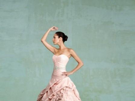 Váy cưới màu hồng với chân váy xòe cầu kỳ
