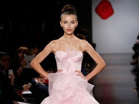 Váy cưới màu hồng với chân váy xòe xếp tầng ấn tượng
