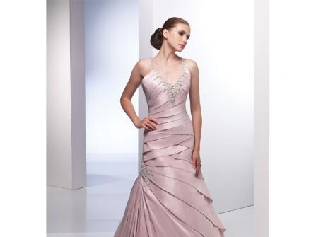 Váy cưới màu hồng dạng băng quấn hiện đại