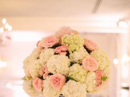 Hoa trang trí tiệc cưới màu hồng pastel