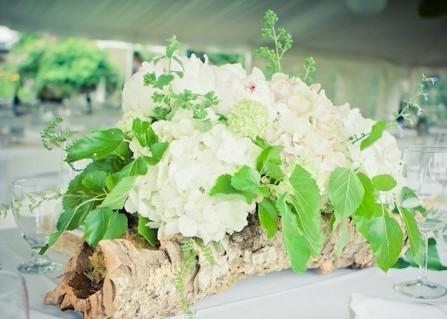Hoa trang trí tiệc cưới sáng tạo với lọ cắm bằng vỏ cây