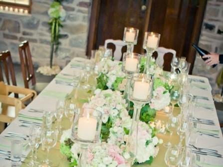 Hoa trang trí tiệc cưới màu trắng cầu kỳ