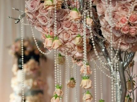 Hoa trang trí tiệc cưới kết hợp cầu kỳ hoa hồng và chuỗi ngọc