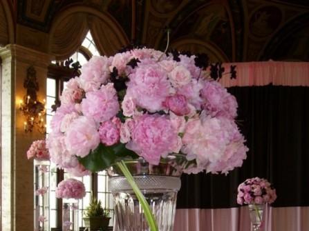 Hoa trang trí tiệc cưới kết cầu kỳ hình bánh cưới