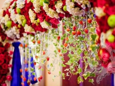 Cổng hoa cưới độc đáo kết hợp hoa tươi và trái cây