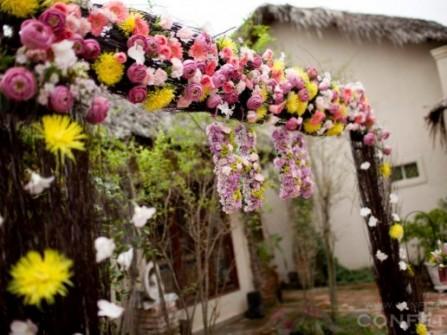 Cổng hoa cưới kết hợp đa dạng nhiều sắc hoa