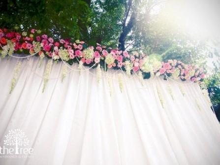 Cổng hoa cưới kết bằng hoa hồng và lan dạ hương