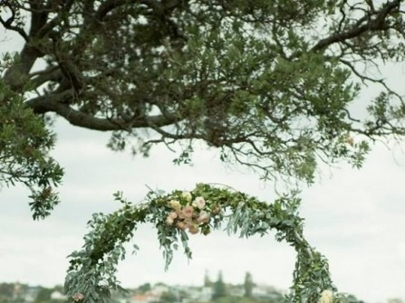 Cổng hoa cưới lá cây phong cách vintage