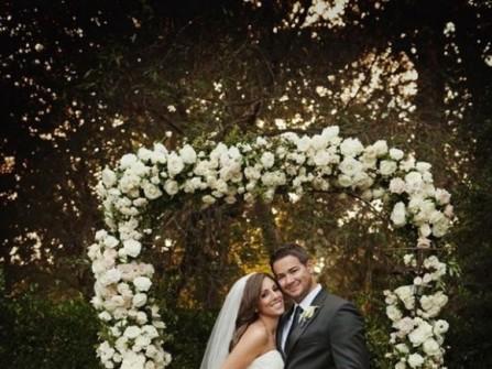 Cổng hoa cưới kết hồng trắng đậm chất cổ tích