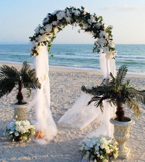 Cổng hoa cưới lãng mạn với hoa và voan trắng
