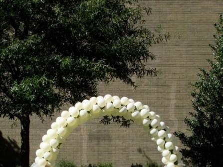 Cổng hoa cưới kết bằng bong bóng
