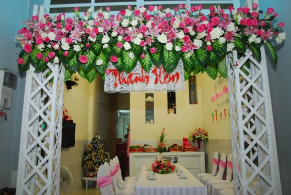 Cổng hoa cưới kết hợp hoa lan và hoa hồng