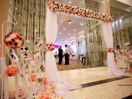 Cổng hoa cưới bằng lụa trắng kết hợp hoa tươi