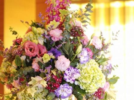 Hoa trang trí tiệc cưới rực rỡ với tông hồng và tím chủ đạo