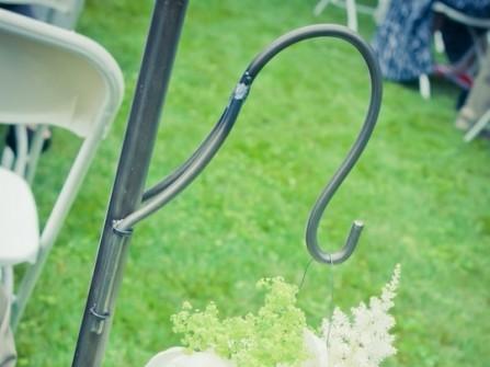 Hoa trang trí tiệc cưới xinh xắn với lọ treo hoa thủy tinh