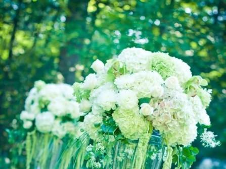 Hoa trang trí tiệc cưới lãng mạn tông xanh lá