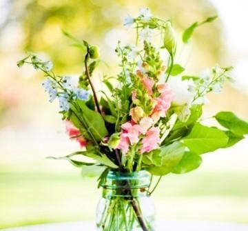 Hoa trang trí tiệc cưới đáng yêu với phong cách tự nhiên