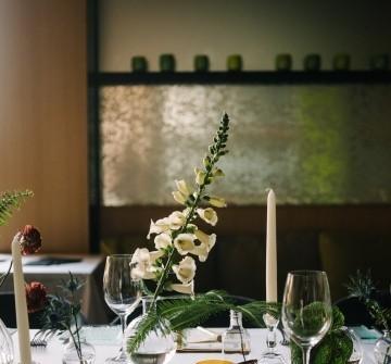 Hoa trang trí tiệc cưới thanh lịch kết hợp hoa lan và hoa khô
