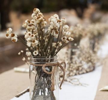 Hoa trang trí tiệc cưới mộc mạc với hoa cúc khô