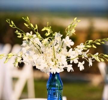 Hoa trang trí tiệc cưới giản dị với lan trắng