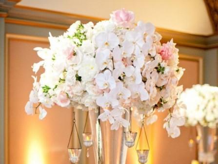 Hoa trang trí tiệc cưới cầu kỳ với phong lan trắng