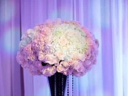 Hoa trang trí tiệc cưới kết hợp pha lê lấp lánh