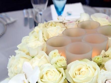 Hoa trang trí tiệc cưới nhẹ nhàng và cổ điển với hồng trắng
