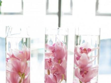 Hoa trang trí tiệc cưới bằng hoa lan trong lọ thủy tinh