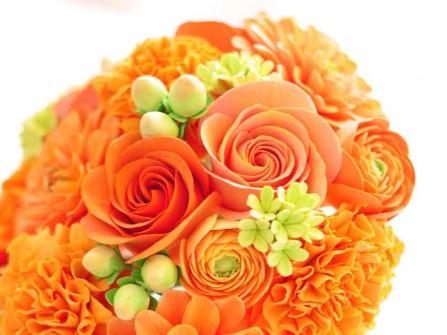 Hoa cưới cầm tay màu cam kết từ hoa hồng, cúc, chuỗi ngọc
