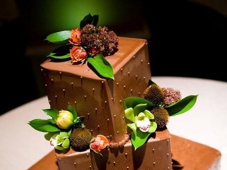 Bánh cưới vuông chocolate bất đối xứng kết hoa tươi