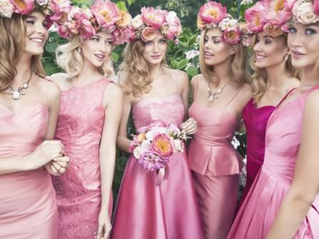 Váy phụ dâu hồng sen kết hợp vòng hoa đội đầu