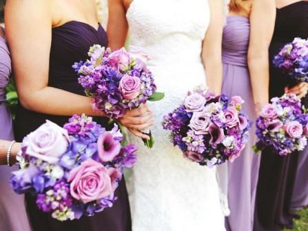 Hoa cưới cầm tay màu tím kết từ hoa hồng và cẩm tú cầu