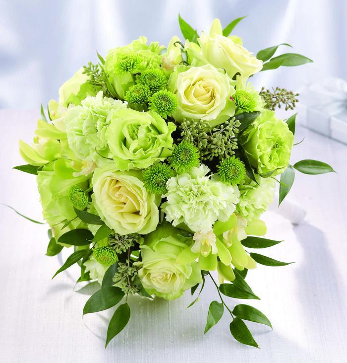 Hoa cưới cầm tay màu xanh lá kết từ hoa hồng và cát tường