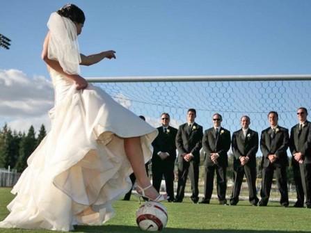 Chụp hình cưới với trái bóng tròn