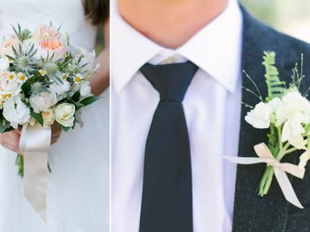 Hoa cài áo chú rể màu trắng đồng điệu với hoa cô dâu