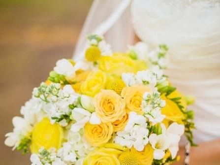 Hoa cưới cầm tay màu vàng kết từ hoa hồng và cúc ping poong